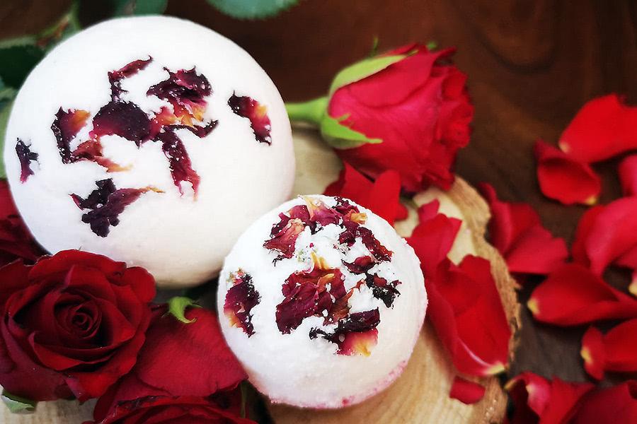 Titelbild zum Badekugel-Rezept mit Rosenöl und getrockneten Rosen
