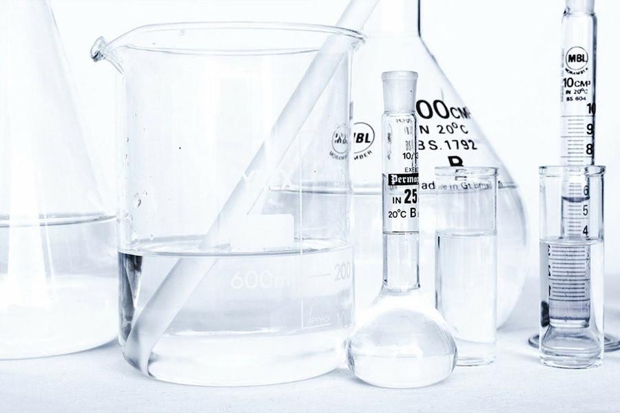 Künstlich in einem Labor hergestellte Badezusätze.