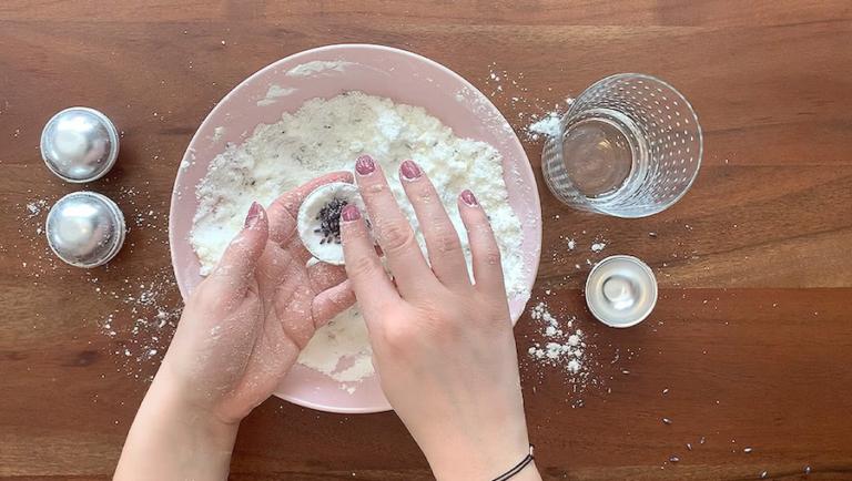 Schritt für Schritt-Bild zum Badekugel-Rezept ohne Natron mit Lavendel 4